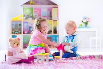 Kinder spielen mit Puppenhaus